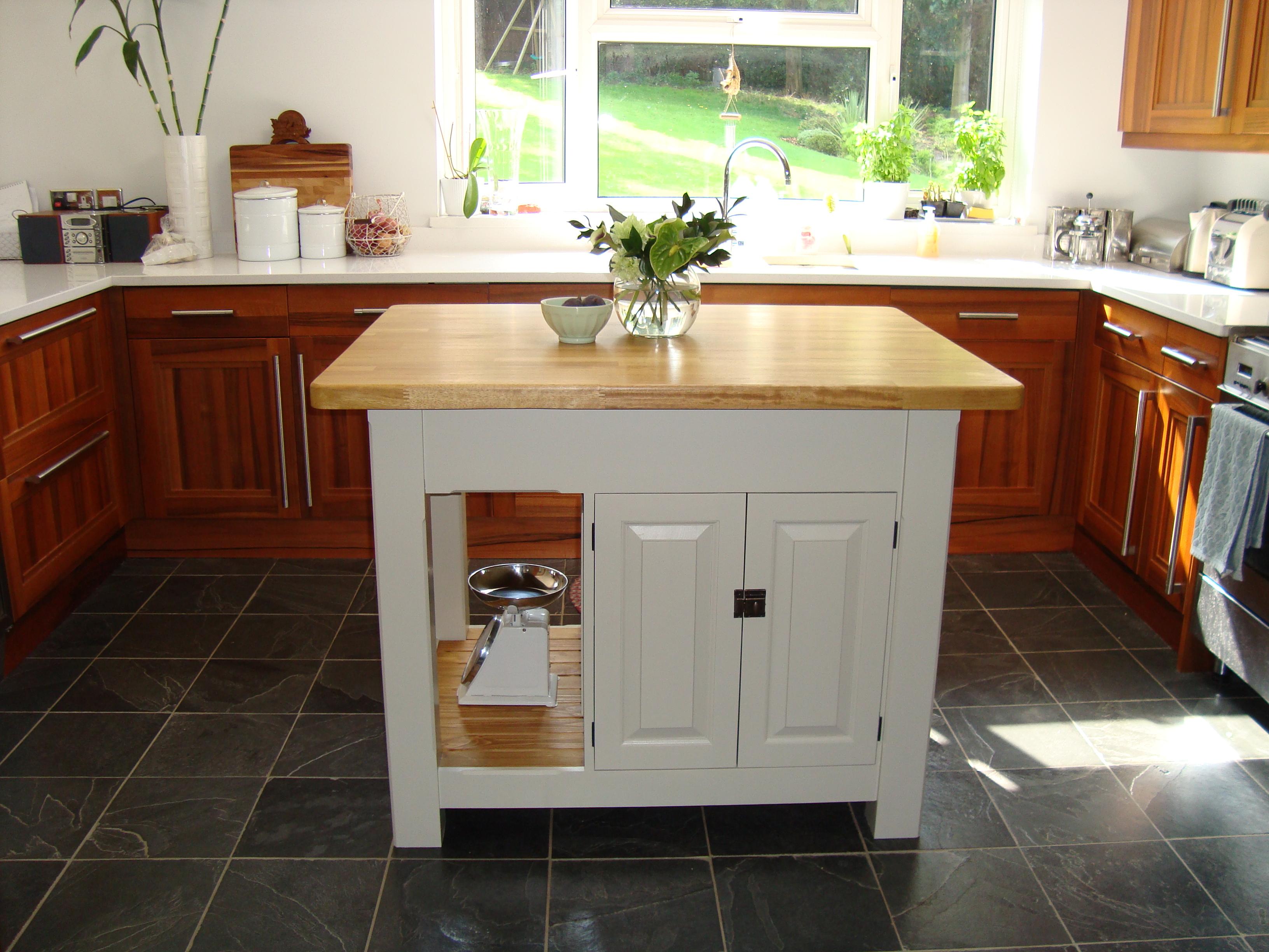 Reformar una cocina y montar una isla en poco espacio for Cocinas cuadradas con isla